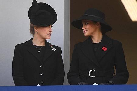 Die Herzogin von Sussex Meghan (r) und Sophie, Gräfin von Wessex, hier bei einem Gedenkgottesdienst am «Cenotaph Memorial», einem Kriegsdenkmal im Londoner Regierungsviertel. Foto: Victoria Jones/PA Wire/dpa