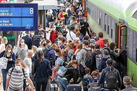 Passagiere steigen am Hamburger Hauptbahnhof in einen Flixtrain-Zug nach Berlin. Bahnkunden müssen sich auch zum Start in die neue Woche auf zahlreiche Verspätungen und Zugausfälle einstellen. Foto: Bodo Marks/dpa