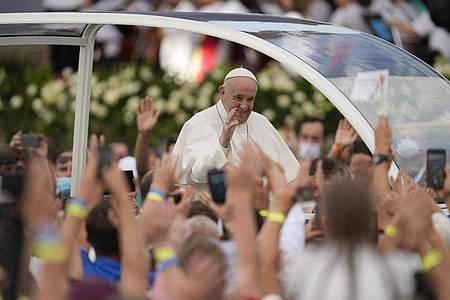 Papst Franziskus trifft sich mit jungen Menschen im slowakischenKosice. Foto: Darko Vojinovic/AP/dpa