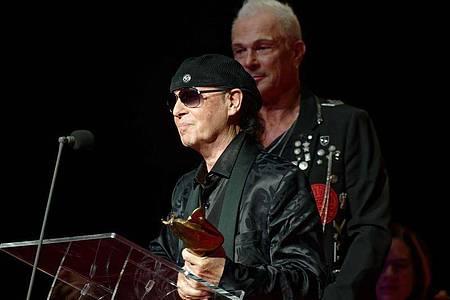 Klaus Meine (l) und Rudolf Schenker von den Scorpions bei der Verleihung der Europäischen Kulturpreise. Foto: Henning Kaiser/dpa