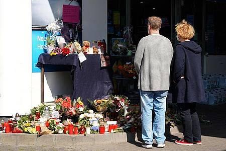 Blumen, Kerzen und Botschaften an das Opfer an der Tankstelle in Idar-Oberstein. Foto: Thomas Frey/dpa