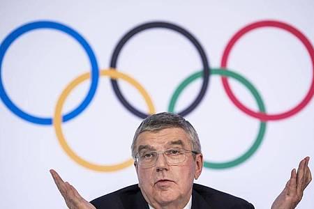 IOC-Präsident Thomas Bach bittet um Verständnis für mögliche Einschnitte bei der Neuorganisation der verlegten Sommerspiele. Foto: Jean-Christophe Bott/KEYSTONE/dpa