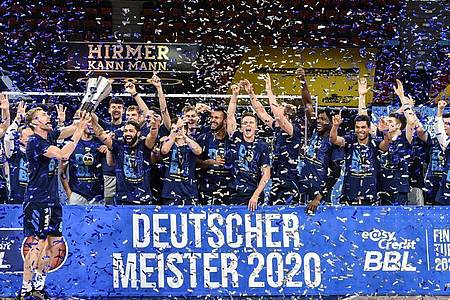 Alba Berlin sichert sich zum neunten Mal die Meisterschaft in der Basketball-Bundesliga. Foto: Christof Stache/AFP-Pool/dpa