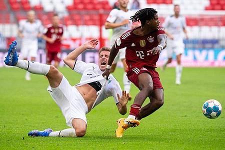 Zwischen Omar Richards (r) und dem Gladbacher Patrick Herrmann geht es beim Kampf um den Ball zur Sache. Foto: Sven Hoppe/dpa
