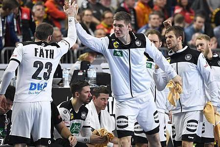 Finn Lemke (M.) steht wieder im Kader der Handball-Nationalmannschaft. Foto: Federico Gambarini/dpa