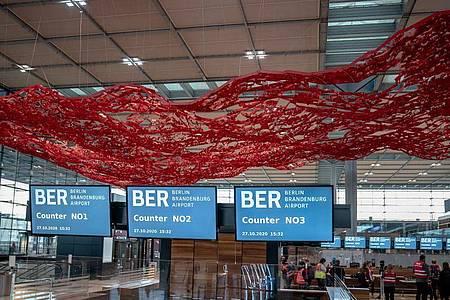 Das Objekt «The Magic Carpet» von Pae White in der Haupthalle im Terminal 1 des Flughafens Berlin Brandenburg Willy Brandt. Foto: Michael Kappeler/dpa