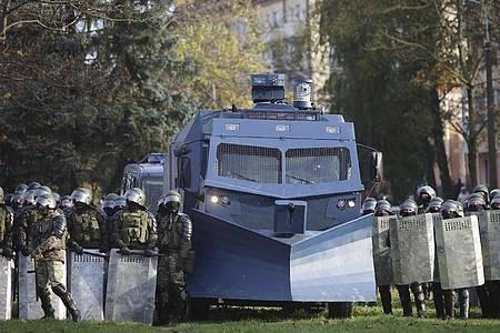Die belarussische Polizei hat während einer Protestkundgebung der Opposition eine Straßensperre errichtet. Foto: Uncredited/AP/dpa