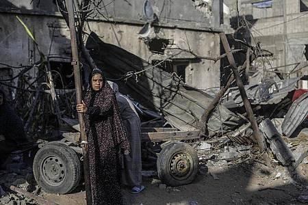 Eine Frau vor Trümmern in der Stadt Beit Chanun im Norden des Gazastreifens. Der Konflikt zwischen Israelis und Palästinensern kann nach Ansicht von US-Präsident Joe Biden langfristig nur durch eine Zweistaatenlösung befriedet werden. Foto: Mahmoud Issa/Quds Net News via ZUMA Wire/dpa