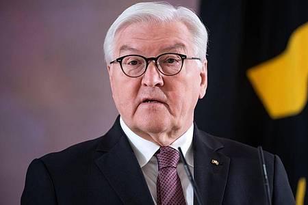 Bundespräsident Frank-Walter Steinmeier gibt im Schloss Bellevue bekannt, dass er für eine zweiten Amtszeit bereit steht. Foto: Bernd von Jutrczenka/dpa