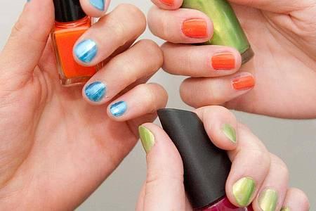 Passend zum Sommer können Sie auffällige Nagellack-Farben ausprobieren. Foto: Andrea Warnecke/dpa-tmn