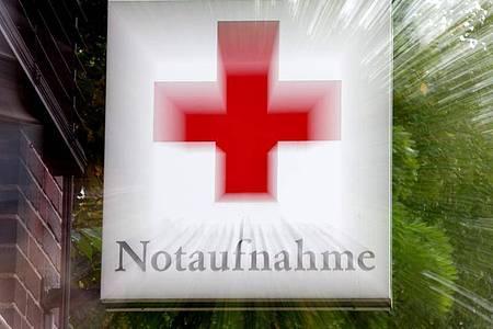 Ein Schild «Notaufnahme» mit einem roten Kreuz hängt an einem Krankenhaus in Hannover. Viele Pflegekräfte erleben laut Studien Gewalt im Krankenhaus. Foto: picture alliance / dpa