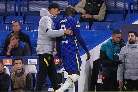 Trainer Thomas Tuchel tröstet Romelu Lukaku nach dessen Verletzung. Foto: Adam Davy/PA Wire/dpa