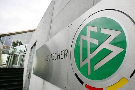 Der DFB verabschiedete ein Maßnahmenpaket für die Amateurvereine in der Corona-Krise. Foto: Arne Dedert/dpa