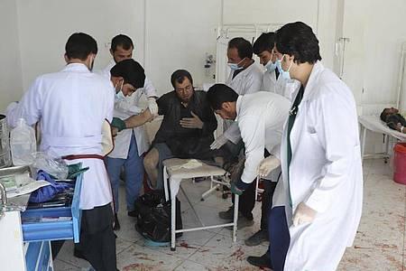 Ärzte behandeln einen Mann nach dem Anschlag in der Provinz Ghor. Foto: AP/dpa