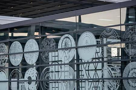Objekt auf Glas des US-Künstlers Matt Mullican vor dem Terminal 1 des Flughafens Berlin Brandenburg Willy Brandt. Foto: Michael Kappeler/dpa