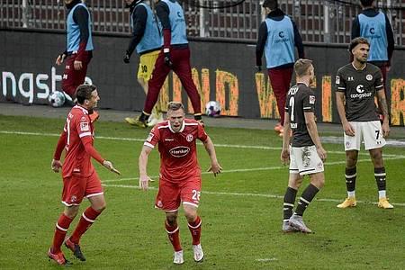 Düsseldorfs Rouwen Hennings (2.v.l) feiert seinen Treffer zum 2:0 beim Fortuna-Sieg auf St. Pauli. Foto: Axel Heimken/dpa