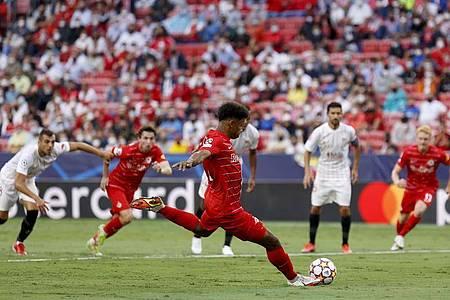 Der deutscher Nationalspieler Karim Adeyemi (M.) vom RB Salzburg vergab in Sevilla einen Elfmeter. Foto: Daniel Gonzalez Acuna/ZUMA Press Wire/dpa