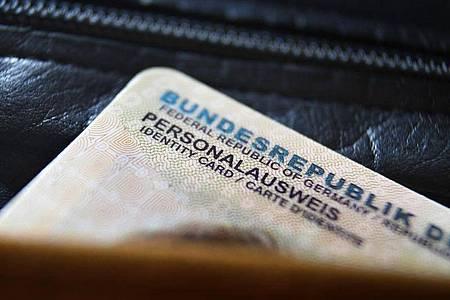 Gehört bald der Vergangenheit an - der derzeitige Personalausweis. Foto: Karl-Josef Hildenbrand/dpa