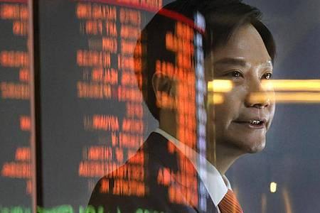 Xiamoi-Chef Lei Jun vor Aktienkurs-Anzeigetafeln in Hongkong (Archiv). Die USA haben den chnesischen Smartphone-Hersteller auf eine Schwarze Liste gesetzt. Foto: Vincent Yu/AP/dpa