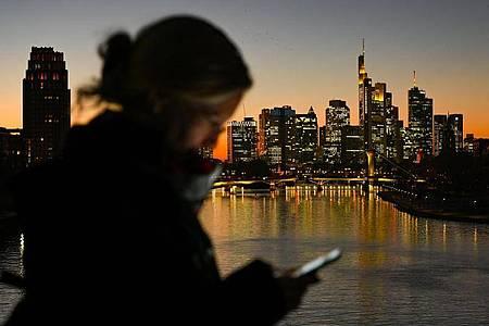 Unterwegs mit dem Smartphone: Clubhouse ist eine Audio-App, bei der die Anwender Gesprächen wie bei einem Live-Podcast zuhören oder sich aktiv an Diskussionen beteiligen können. Foto: Arne Dedert/dpa/Symbolbild