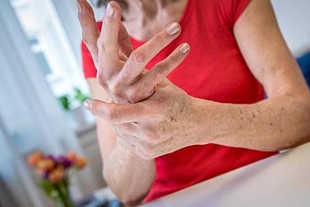 Frauen sind wesentlich häufiger von Osteoporose betroffen als Männer. Foto: Christin Klose/dpa-tmn