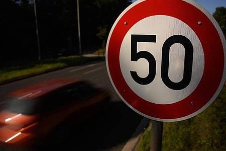 Hintergrund des Streits ist eine Änderung der Straßenverkehrsordnung und des Bußgeldkatalogs, mit der Strafen für zu schnelles Fahren deutlich verschärft wurden. Foto: Robert Michael/dpa-Zentralbild/dpa