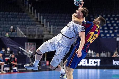 Barcelonas Blaz Janc (r) foult Kiels Sander Sagosen. Foto: Marius Becker/dpa