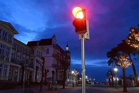 Eine rote Ampel leuchtet an der Strandpromenade im Ostseebad Zinnowitz. Foto: Stefan Sauer/dpa-Zentralbild/dpa