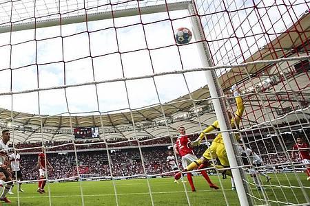 Freiburgs Woo-yeong Jeong (r) erzielt beim 2:3-Auswärtserfolg das Tor zum 0:2 gegen Stuttgarts Torwart Florian Müller (M). Foto: Tom Weller/dpa