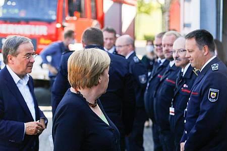 Angela Merkel und Armin Laschet besuchen das Feuerwehrhaus Schalksmühle. Foto: Thilo Schmuelgen/Reuters Pool/dpa