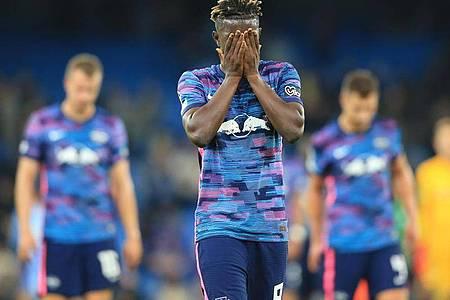 Leipzigs Mittelfeldspieler Amadou Haidara verläßt nach Spielende mit seinen Mannschaftskameraden enttäuscht das Spielfeld. Foto: Parnaby Lindsey/dpa