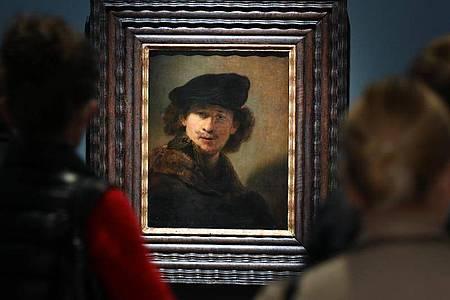 """""""Selbstbildnis mit Samtbarett und Mantel mit Pelzkragen (1634)"""" von Rembrandt im Städel. Foto: Arne Dedert/dpa"""