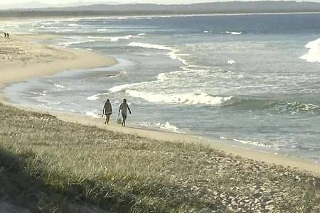 An der australischen Ostküste ist ein Surfer bei einem Haiangriff ums Leben gekommen. Foto: Uncredited/Australian Broadcasting Corporation via AP/dpa
