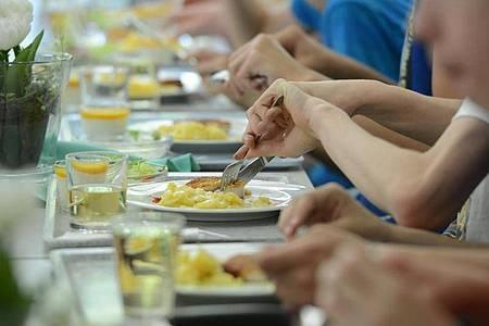 Schüler einer Ganztagsschule essen zusammen in der Mensa. Foto: picture alliance / dpa/Archivbild