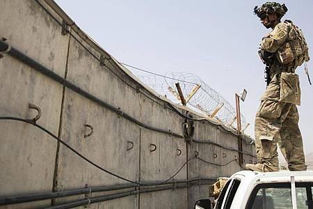 Ein Fallschirmjäger des US-Militärs unterstüzt die Sicherheitsmaßnahmen am Hamid Karzai International Airport. Die USA haben den Militäreinsatz in Afghanistan nach fast 20 Jahren beendet. Foto: Master Sgt. Alexander Burnett/U.S. Army/AP/dpa