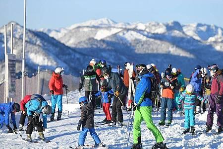 Ausflügler sind zum Skifahren auf dem Kasberg unterwegs. Am Wochenende gab es bei strahlendem Sonnenschein teils so große Verkehrsstaus, dass einige die Notbremse zogen und den Zutritt sperrten. Foto: Wolfgang Spitzbart/APA/dpa