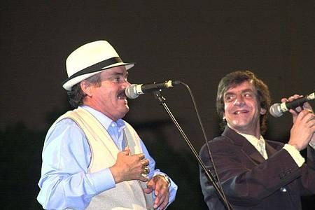 Der spanische Komiker Juan Joya Borja (l) alias «El Risitas» (der Kichernde), in Deutschland auch als «Papa Verdad» bekannt, singt neben Ernesto Neyra während einer Hommage an den Flamenco-Sänger Turronero. Foto: -/Europapress/dpa