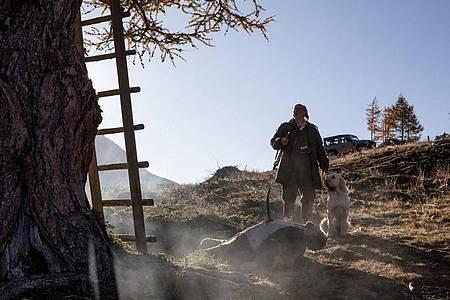 Flattacher (Johannes Flaschberger) findet einen Toten vor seinem Hochsitz. Foto: Helga Rader/ZDF/dpa