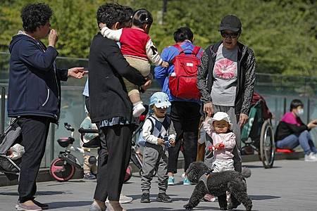 China lockert seine Familienpolitik und erlaubt Paaren künftig drei Kinder. Foto: Andy Wong/AP/dpa