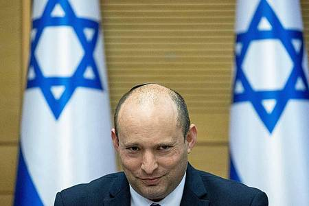 Naftali Bennett, Vorsitzender der israelischen ultrarechten Partei Jamina und designierter Premierminister, während der ersten Kabinettssitzung. Foto: JINI/XinHua/dpa