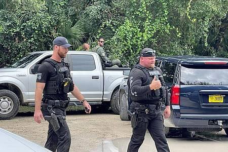 """Polizisten suchen im weitläufigen Carlton Reserve in Sarasota, Florida, nach Brian Laundrie, dem Freund von Gabrielle """"Gabby"""" Petito. Foto: Uncredited/North Port Police Department via AP/dpa"""