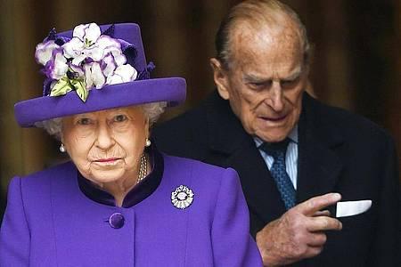 Früher als geplant:Königin Elizabeth II. und Prinz Philip haben sich nach Windsor Castle begeben. Foto: Andy Rain/EPA/dpa