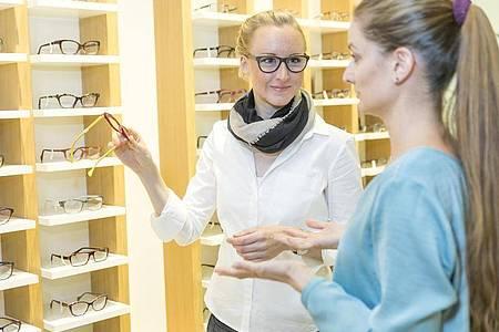 Augenoptiker und Augenoptikerinnen stehen den Kunden auch dann zur Seite, wenn es um die Wahl einer passenden Brillenfassung geht. Foto: Heike Skamper/ZVA/dpa-tmn