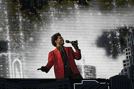 Der kanadische Rapper The Weeknd tritt während der Halbzeitshow des Super Bowls in Florida auf. Foto: David J. Phillip/AP/dpa