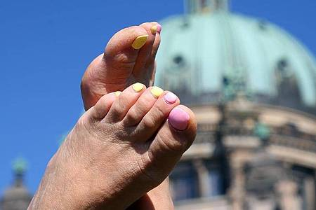 Damit der Lack auf den Nägeln hält und keine Bläschen bildet, sollte man die Farbe besser nicht in der Sonne auftragen. Foto: Wolfgang Kumm/dpa
