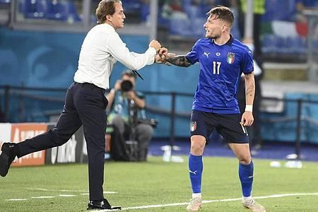 Italiens Ciro Immobile (r) feiert mit dem Trainer Roberto Mancini das 3:0 gegen die Schweiz. Foto: Alfredo Falcone/LaPresse/AP/dpa