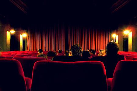 Blick auf eine Kinoleinwand aus der Logo