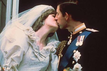 Der Hochzeitskuss des damaligen Traumpaares Prinz Charles und Lady Diana Spencer 1981 in London. Foto: --/dpa