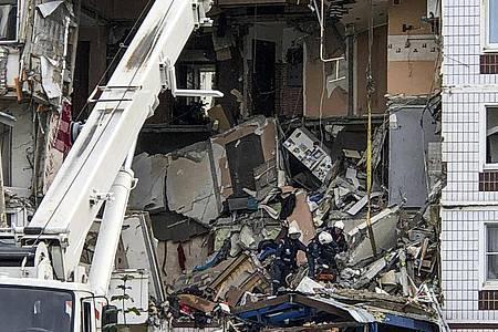 Rettungskräfte arbeiten am Ort einer Gasexplosion in einem neunstöckigen Wohnhaus, mit Toten und Verletzten. Foto: Maxim Marmur/AP/dpa