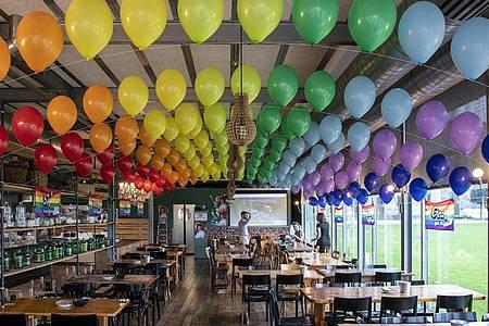 Bunte Luftballons hängen in einem Lokal der Befürworter für eine «Ehe für alle». Foto: Peter Schneider/KEYSTONE/dpa